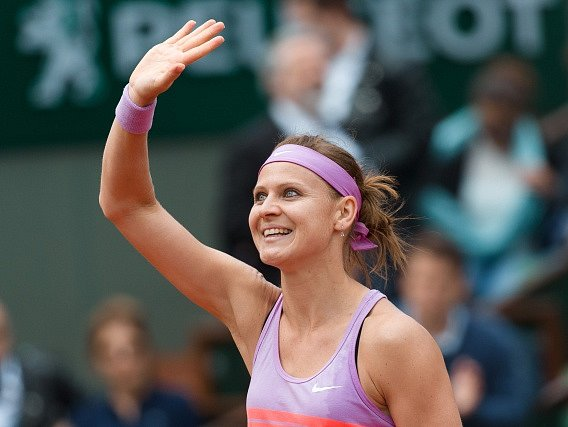Lucie Šafářová zdraví fanoušky na Roland Garros