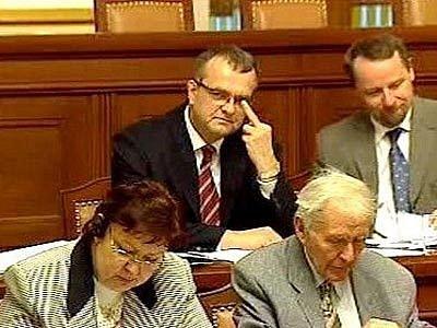 Středeční jednání sněmovny o poplatcích se neobešlo bez vulgarit. Nechyběly například při přestřelce mezi poslancem za ČSSD Davidem Rathem a lidoveckým ministrem financí Miroslavem Kalouskem.