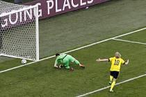 Švéd Forsberg z penalty překonal slovenského brankáře Dúbravku.