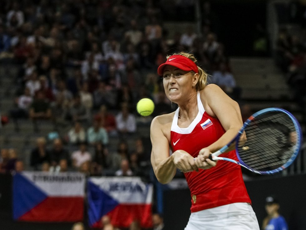 Maria Šarapovová ve finále Fed Cupu proti Petře Kvitové.