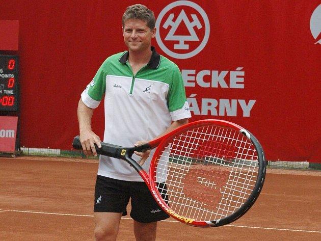 Očekávaný poslední zápas známého tenisty na domácích kurtech se změnil v nečekaný postup do druhého kola.