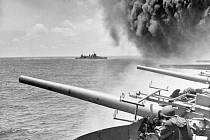 Na snímku z křižníku USS Astoria je vidět kouř stoupající ze zasažené letadlové lodi USS Yorktown během bitvy u Midway