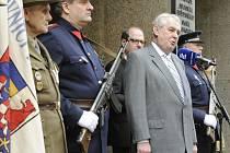 Prezident republiky Miloš Zeman (vpředu vpravo) se 5. května v Praze zúčastnil pietního aktu k uctění památky padlých v bojích o Český rozhlas.