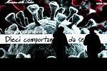 Lidé v Miláně stojí před velkou obrazovkou s obrázkem koronaviry a pokyny pro občany.