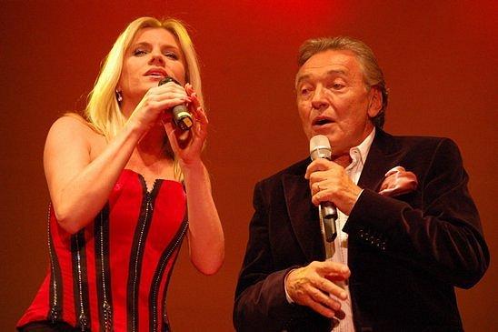 Leona Machálková a Karel Gott na pódiu  v Opavě 27. dubna 2009.