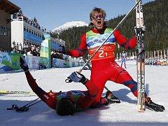 Norské duo Petersen - Northug (leží na zemi) se raduje ze zisku olympijské zlaté medaile.