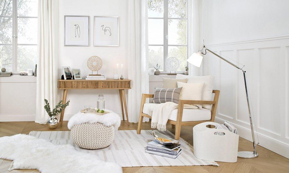 Za nadčasové elementy platí v interiéru dřevo a bílá barva.
