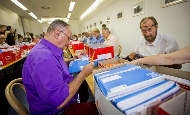 Sociální demokraté sčítali 6. srpna v Praze hlasy vnitrostranického referenda, které může výrazně ovlivnit budoucnost strany.