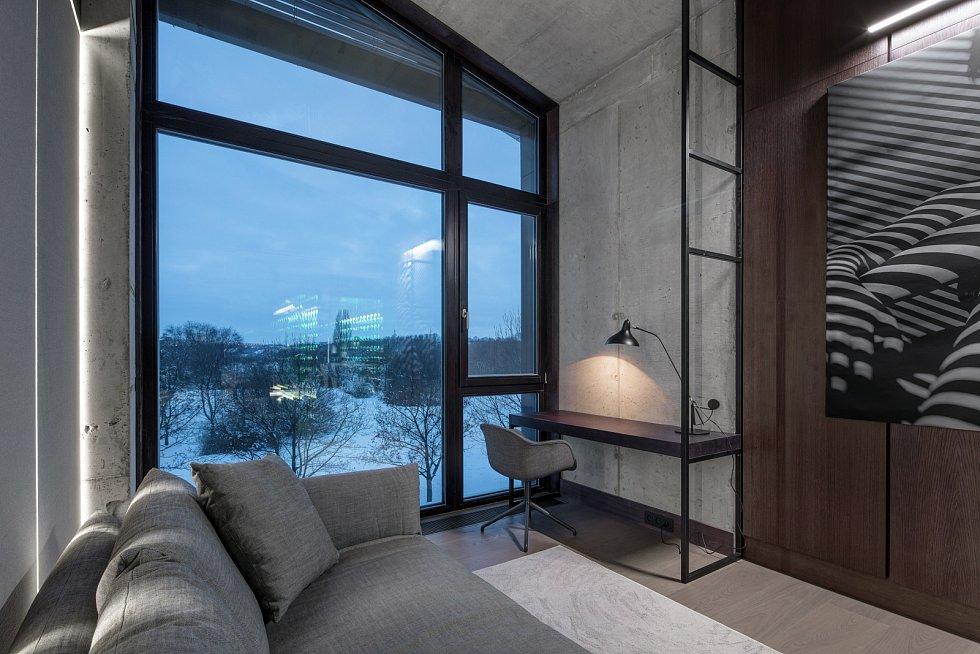 Byt působí industriálním, tak trochu nedokončeným dojmem, abychom navodili atmosféru, která v něčem lehce připomíná noční klu, říkají architekti.