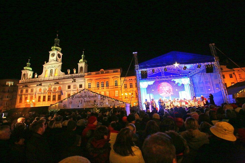 Náměstí Přemysla Otakara II. v Českých Budějovicích zaplnili zpěváci, kteří si přišli zazpívat koledy s Deníkem.