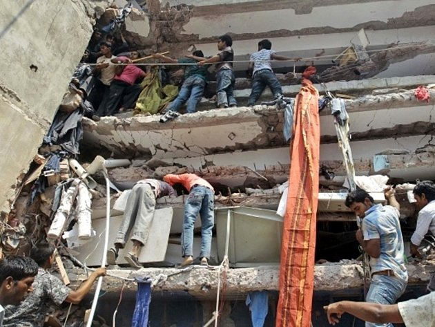 Nedaleko bangladéšského hlavního města Dháky se zřítila osmipodlažní budova.