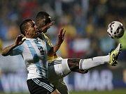 Carlos Tévez z Argentiny (vlevo) a Cristian Zapata z Kolumbie.