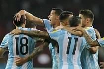 Fotbalisté Argentiny se radují z gólu proti Venezuele.