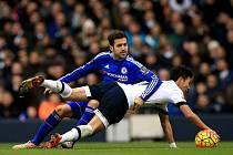 Cesc Fábregas z Chelsea (v modrém) proti Tottenhamu.