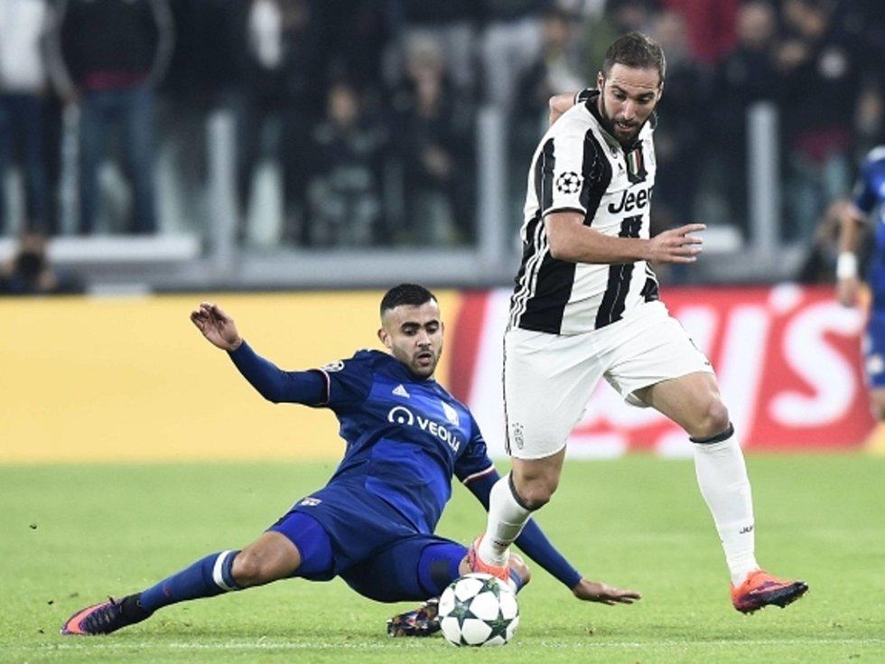 Rachid Ghezzal z Lyonu (vlevo) a Gonzalo Higuaín z Juventusu.