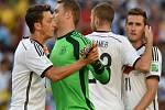 Fotbalisté Německa (zleva) Mesut Özil, brankář Manuel Neuer, Christoph Kramer a Miroslav Klose krátce před zahájení finále MS proti Argentině.