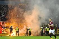 Zápas Slovanu Bratislava a Sparty musel být kvůli řádění příznivců pražského klubu přerušen.