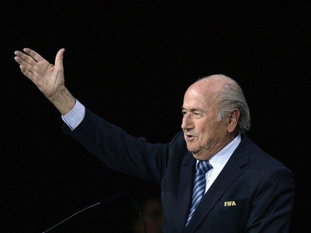 Znovuzvolený prezident Mezinárodní fotbalové federace Sepp Blatter slíbil, že očistí korupcí pošpiněné jméno FIFA.