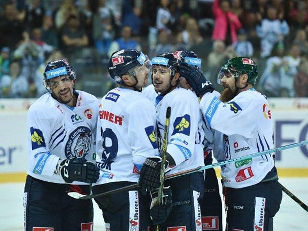Hokejisté Liberce se radují z gólu proti Mladé Boleslavi.