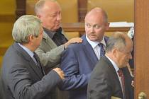 Zleva předseda KSČM Vojtěch Filip, poslanec Vítězslav Jandák a místopředseda ČSSD Michal Hašek odcházejí 16. srpna ze Sněmovny poté, co poslanci odhlasovali přerušení jednání do 20. srpna.