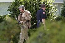 Policisté v Garlandu obcházejí budovu, ve které se střílelo během výstavy karikatur.
