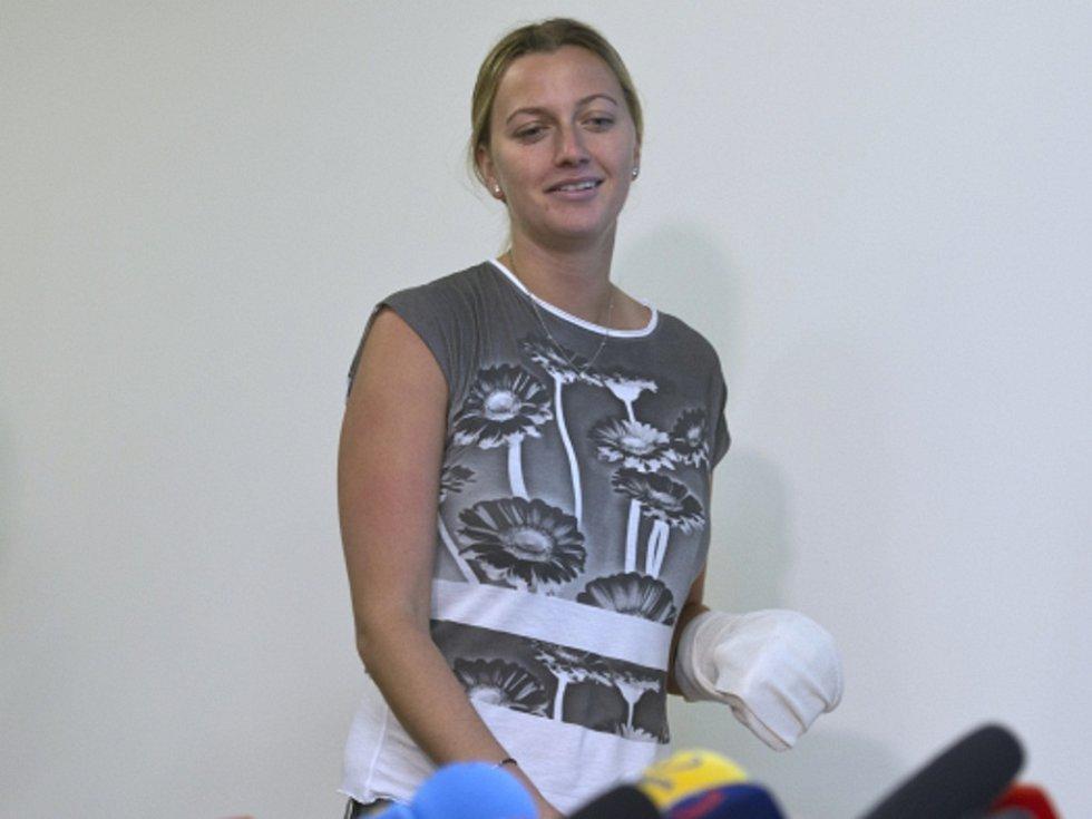 Petra Kvitová s dlahou po operaci prstů.