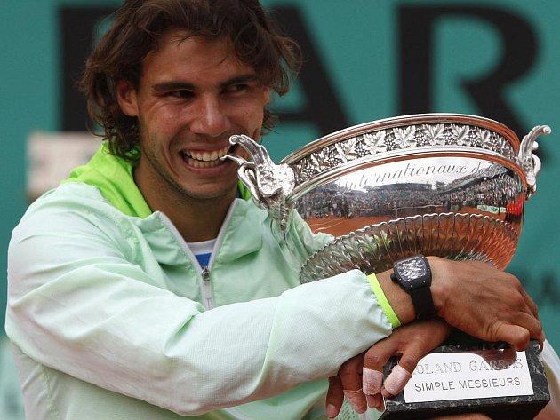 Rafael Nadal s trofejí pro vítěze Roland Garros.