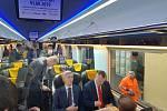 Debata slovenských prezidentských kandidátů ve vlaku.