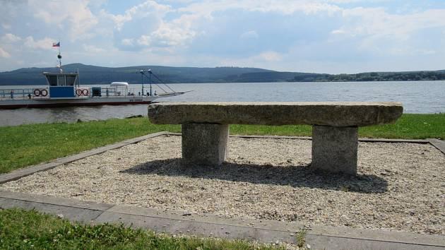 V průběhu let vyzdvihli potápěči ze dna jezera některé artefakty