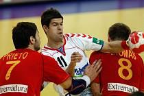 Jan Sobol se snaží prodrápat nekompromisní španělskou obranou.