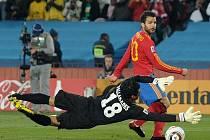 Césc Fabregas v šanci před gólmanem Hondurasu Valladeresem.