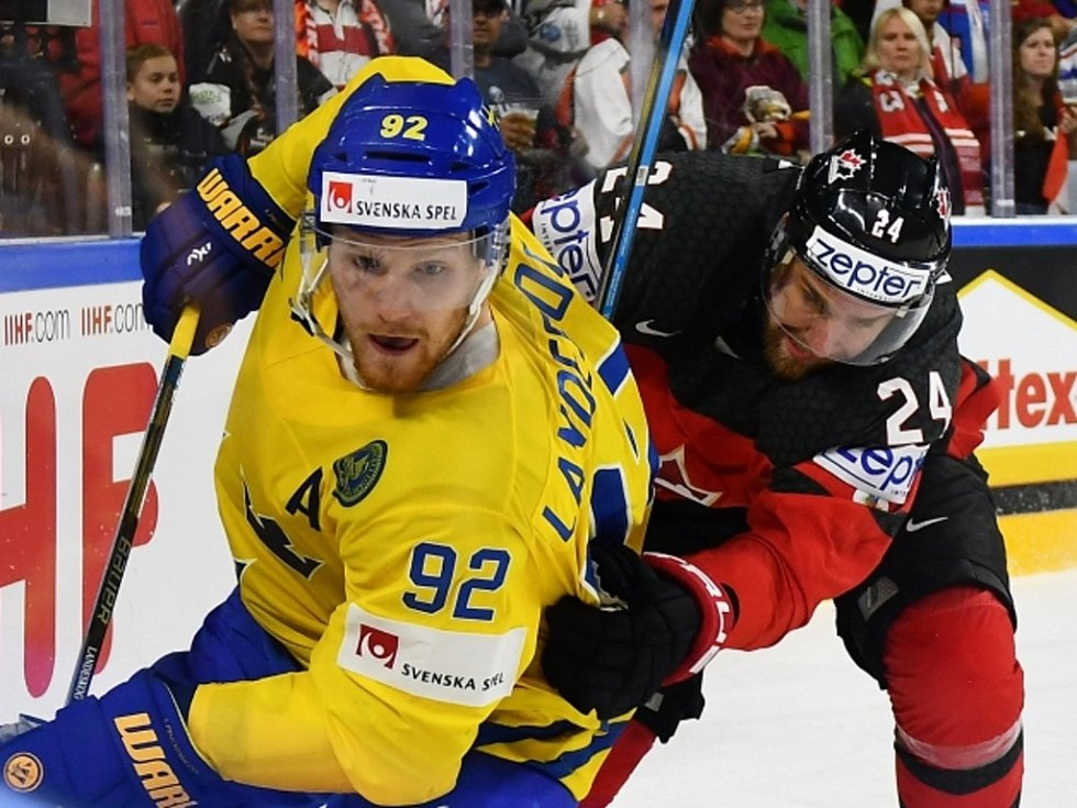 Gabriel Landeskog ze Švédska (vlevo) a Calvin de Haan z Kanady.