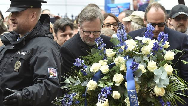 Předseda ODS Petr Fiala a další představitelé strany položili květiny a zapálili svíčky 17. listopadu 2019 u pamětní desky na Národní třídě v Praze při příležitosti 30. výročí sametové revoluce
