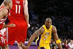 Kobe Bryant z Lakers (vpravo) předvádí své umění v zápase proti basketbalistům Houstonu.