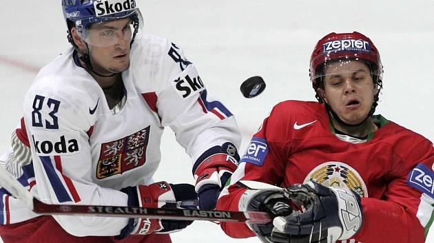 Český obránce Jan Platil (vlevo) v souboji s Alexejem Ugarovem.