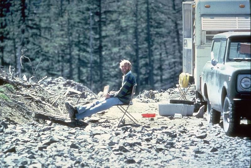 Tábořiště geologa a vulkanologa Davida A. Johnstona nedaleko hory. Před erupcí varoval, stala se mu však osudnou