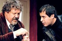 Josef Nechutný v roli Alberta Saporita (vlevo) a Jan Maléř jako Luigi ve hře Eduarda de Filippa Vnitřní hlasy.