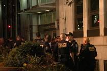 Neznámý muž vešel v pátek odpoledne místního času do federální budovy ve městě New York, na Manhattanu, a začal střílet.