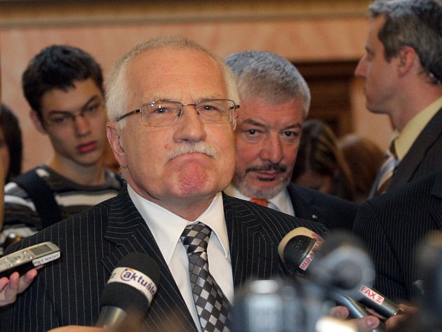 Ústavní soud rozhodl, že Lisabonská smlouva není v rozporu s českou Ústavou. Předseda Ústavního soudu Pavel Rychetský toto rozhodnutí vyhlásil hned na začátku středečního zasedání.