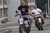 Jaroslav a Jan Holíkovi se vrátili z Pamíru, kam jeli na mopedech vlastní výroby.