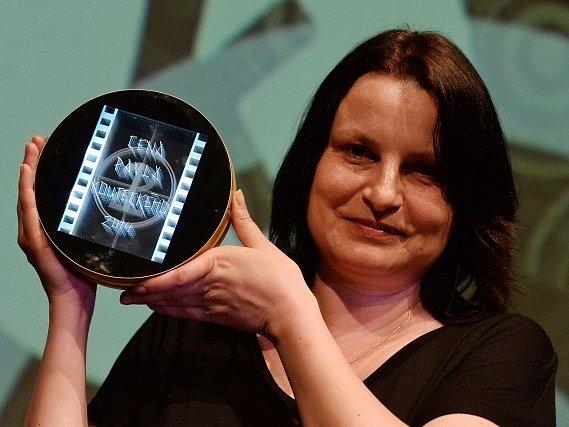 Cenu Pavla Kouteckého za nejosobitější dokumentární počin převzala 10. června v Praze režisérka Bára Kopecká za za snímek o kontroverzním a uznávaném architektovi Davidu Kopeckém nazvaný DK.