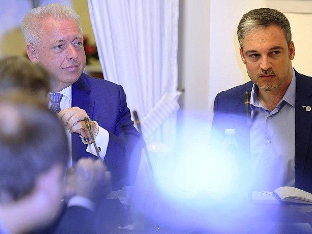 Sněmovní vyšetřovací komise k reorganizaci policie vyslechla 5. září v Praze ministra vnitra Milana Chovance (ČSSD). Na snímku vpravo je místopředseda vyšetřovací komise Martin Lang.