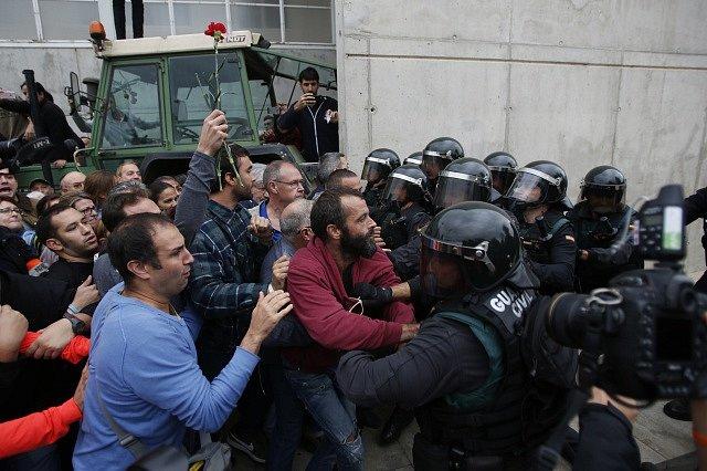 Střety mezi účastníky ilegálního referenda o odtržení Katalánska a pořádkovými silami