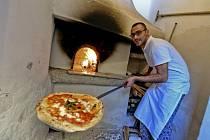 Pizza pečená v peci, kde byla upečená i úplně první neapolská pizza Margherita v roce 1889.