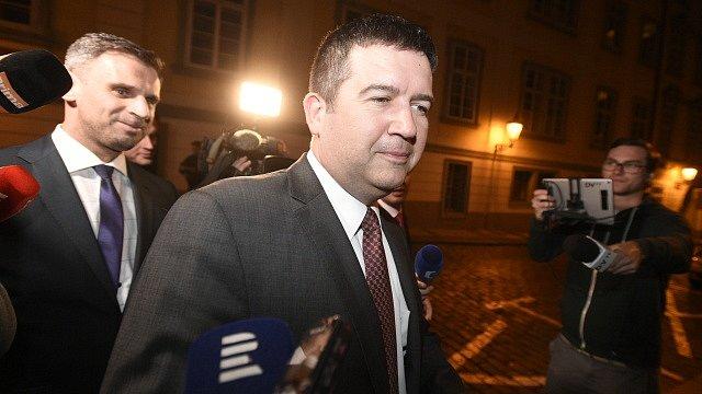 Předseda ČSSD Jan Hamáček a statutární místopředseda strany Jiří Zimola (vlevo) přicházejí na jednání o vládě s hnutím ANO 5. dubna 2018 v Praze.