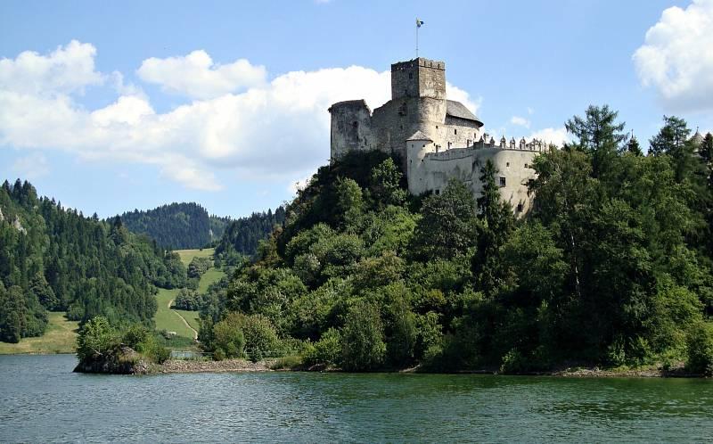Pieniny se rozkládají na území dvou států, Slovenska a Polska. Oblastí protéká řeka Dunajec.