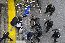 Demonstrace fanoušků v Praze na Staroměstském náměstí se 18. října 2020 po ukončení zvrhla v bitky s policií. Policejní těžkooděnci demonstranty vytlačili za pomoci petard, slzného plynu, psovodů a těžké techniky. Policie použila i vodní děla.