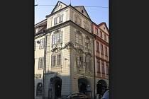 Dům U Zlatého hroznu, který stojí na rohu Malostranského náměstí a Karmelitské ulice v Praze, půjde začátkem září do dražby.
