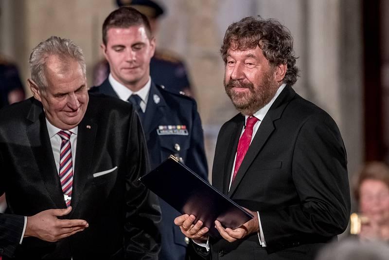 Prezident Miloš Zeman na státní svátek 28. října předával státní vyznamenání ve Vladislavském sále Pražského hradu. Troška