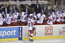Čeští hokejisté se radují z gólu proti Slovensku.